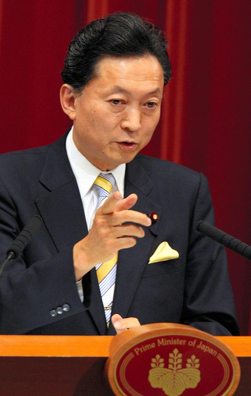 写真・図版 : 就任後初めての記者会見に臨む鳩山由紀夫首相=2009年9月16日、首相官邸