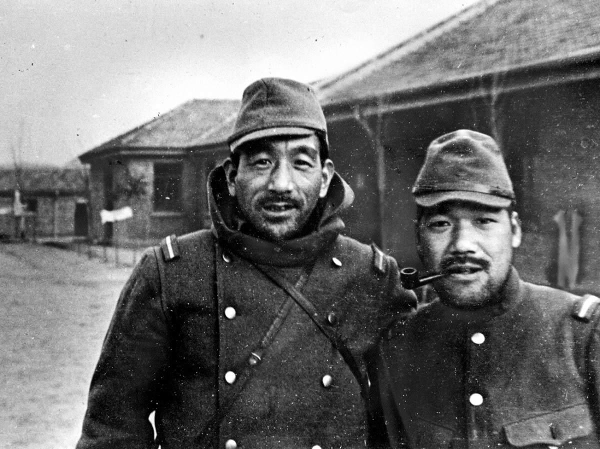 写真・図版 : 出生した南京郊外で再会した小津安二郎監督(左)と山中貞雄監督=1938年1月