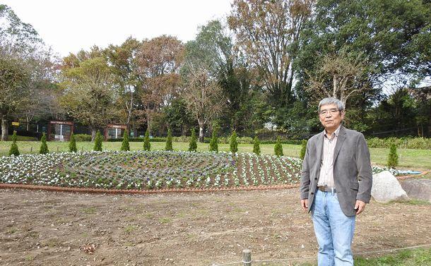 写真・図版 : 茨城県自然博物館の庭に造られた花壇「ティアフルアイ」と横山一己館長