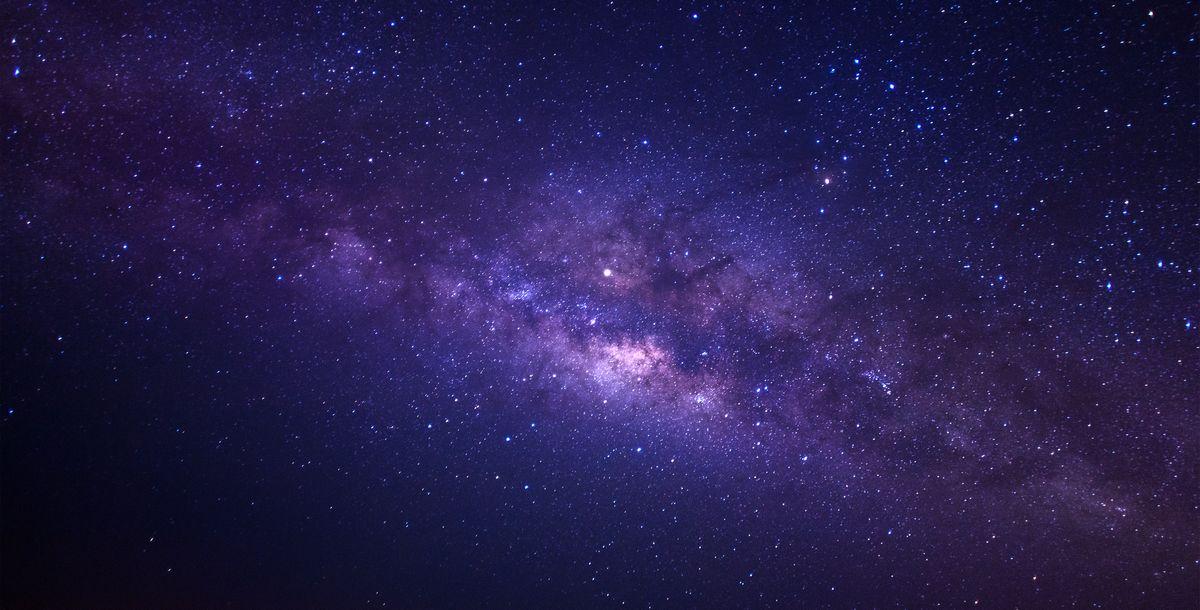 写真・図版 : 天の川銀河。「銀河鉄道の夜」では、この銀河が舞台となる(Shutterstock.com/sripfoto)