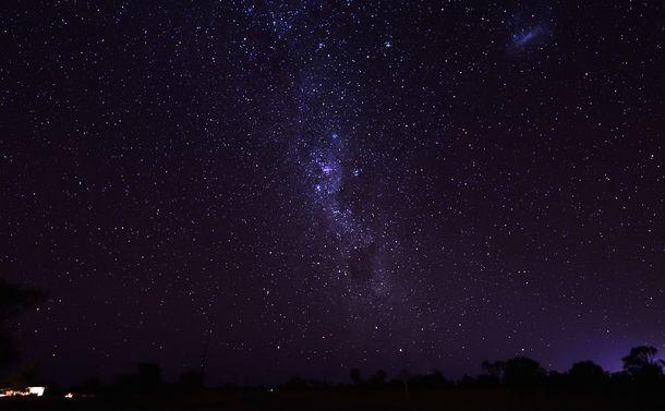 写真・図版 : サザンクロス(南十字星)と近くの暗黒星雲。ここでジョバンニとカムパネルラは別れた(Shutterstock.com/Tonic Ray)