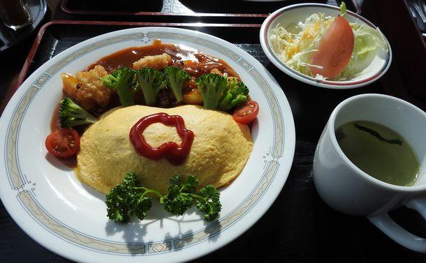 写真・図版 : レストランの企画メニューは花壇「ティアフルアイ」をイメージしたオムライスだった