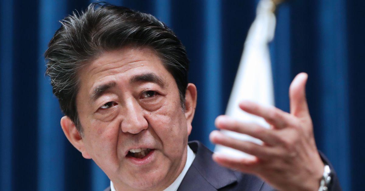 写真・図版 : 記者会見で質問に答える安倍晋三首相=2019年12月9日、首相官邸