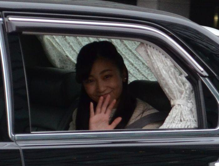写真・図版 : 天皇、皇后両陛下に大学卒業のあいさつをするため皇居・御所を訪れる佳子さま。集まった人々に笑顔で手を振って応えた=2019年3月22日