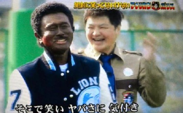 写真・図版 : 「ダウンタウンのガキの使いやあらへんで! 絶対に笑ってはいけない アメリカンポリス24時!」(日本テレビ系、2017年12月31日)で、浜田雅功さんが顔を黒く塗って登場したが、放送後、「黒人差別」として大きな批判を浴びた=テレビ画面から