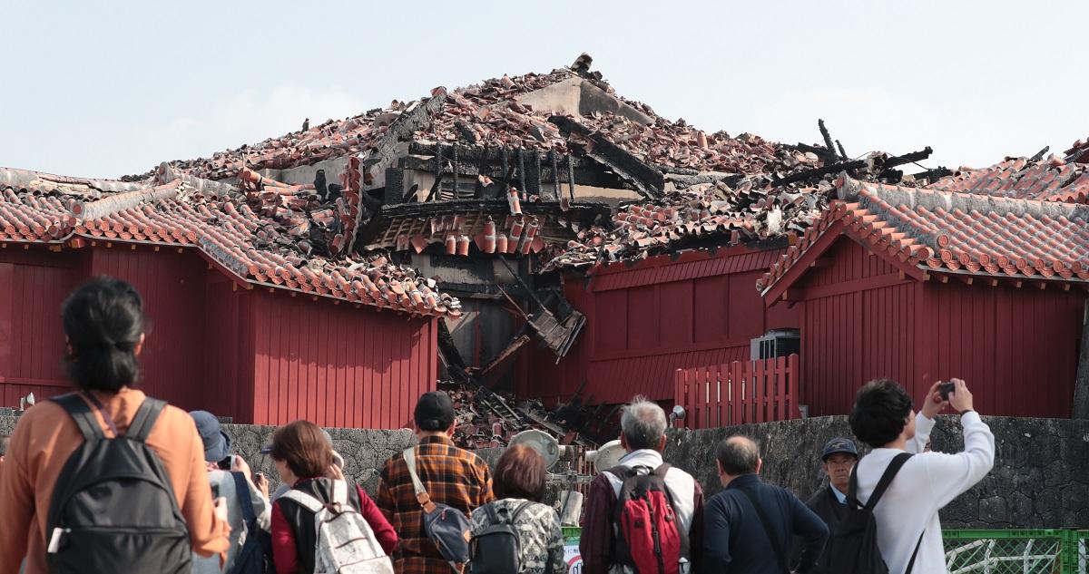 写真・図版 : 焼け崩れた首里城北殿=2019年12月12日