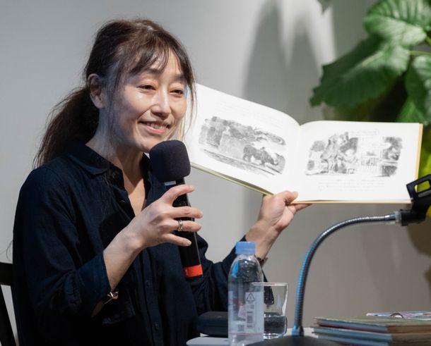 写真・図版 : 絵本を持って語る江國香織さん