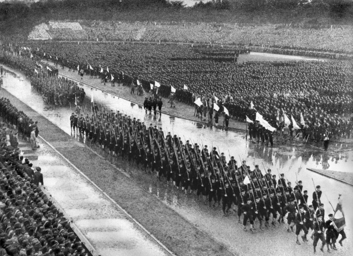 写真・図版 : 神宮外苑競技場で行われた出陣学徒壮行会=1943年10月21日