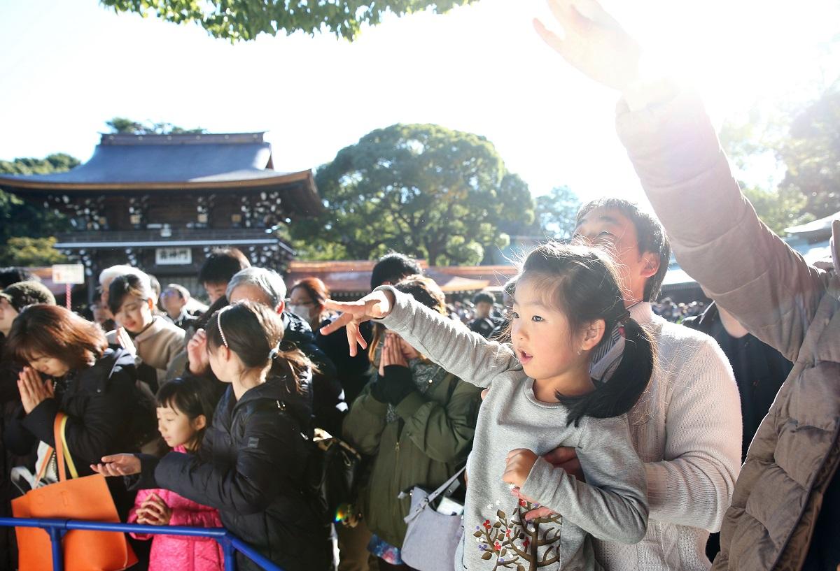 写真・図版 : 初詣でにぎわう現代の明治神宮。初詣参拝客数は例年300万人を超え、全国最多を誇る