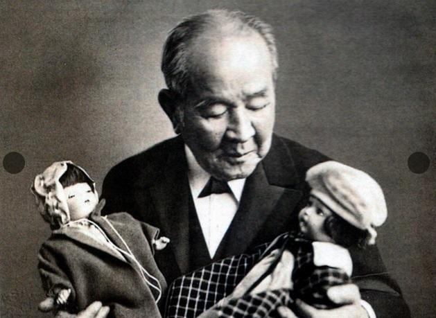 写真・図版 : 「青い目の人形」を持つ渋沢