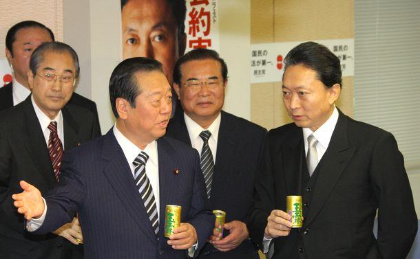写真・図版 : 民主党本部の仕事始めに出席した鳩山由紀夫首相(右端)と小沢一郎幹事長ら=2010年1月4日、東京・永田町