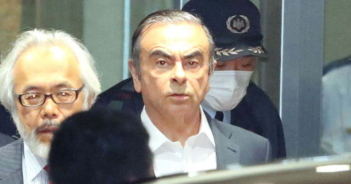 写真・図版 : 保釈され、東京拘置所を出るカルロス・ゴーン被告=2019年4月25日