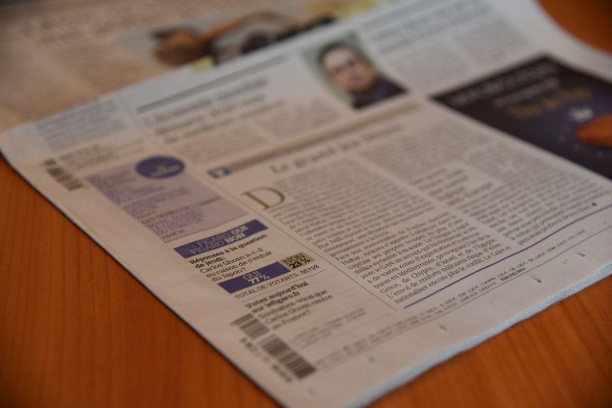 写真・図版 : 日産自動車前会長のカルロス・ゴーン被告の逃亡を77%の人が正しいと答えたアンケート結果(左下)を伝える3日付の仏紙フィガロ=2020年1月3日