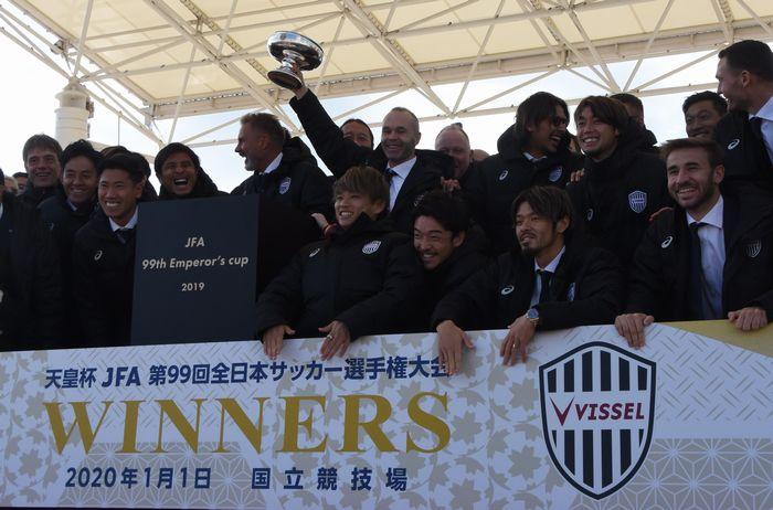 写真・図版 : サポーターらを前に優勝報告をするヴィッセル神戸の選手ら=神戸市中央区