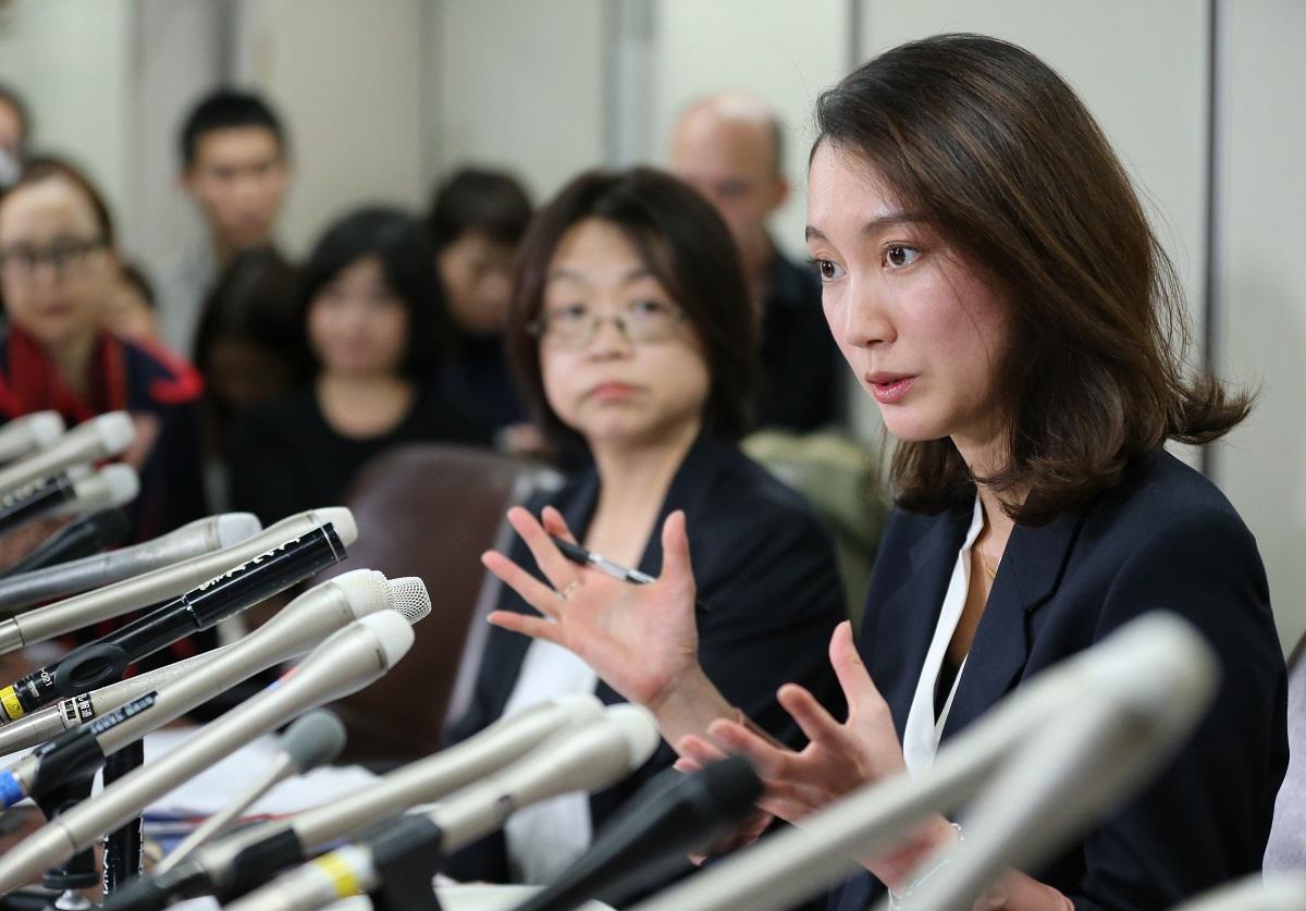 写真・図版 : 判決後の記者会見で、質問に答えるジャーナリストの伊藤詩織さん(右)=2019年12月18日
