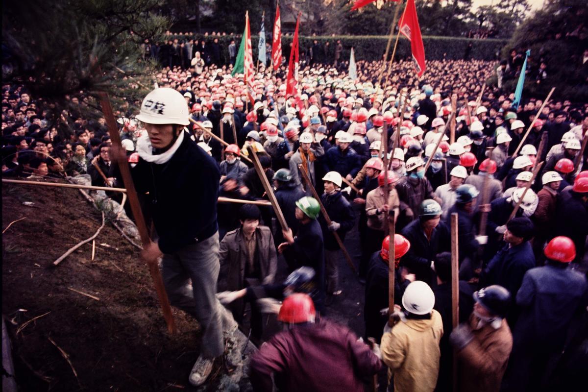 写真・図版 : 東大・安田講堂の攻防戦と前後し、全国各地の大学で「東大闘争支援」をかかげた闘争が展開された=1969年1月21日、京都大学