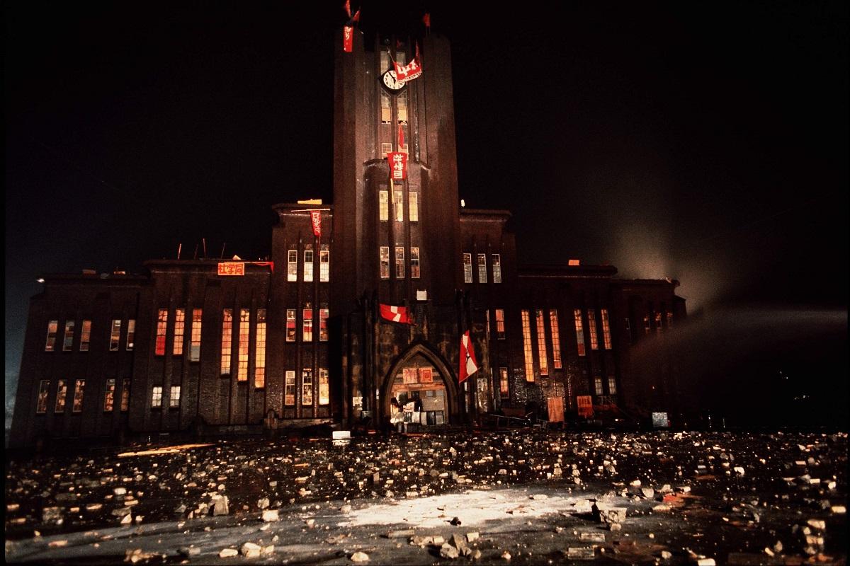 写真・図版 : 全共闘の学生が占拠中の東大・安田講堂=1969年1月18日