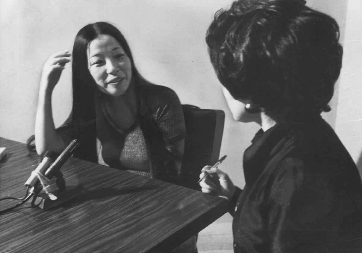 写真・図版 : フジテレビ「三時のあなた」で山口淑子さんのインタビューに答える重信房子氏。1973年8月14日に放映された