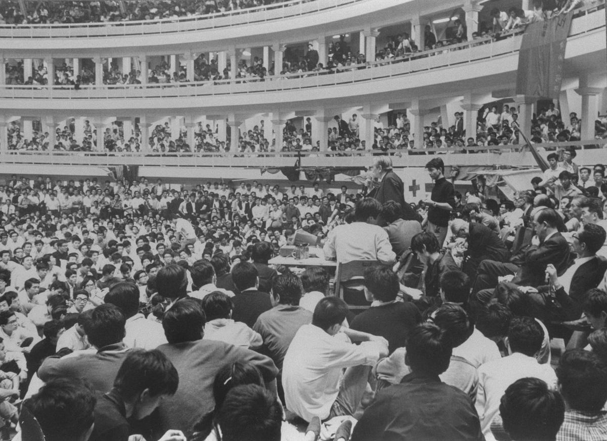 写真・図版 : 日大全共闘の学生らが、東京・両国の日大講堂で開いた、大学当局との「大衆団交」を開いた。写真中央右が当時の日大トップ、古田重二良会頭=1968年9月30日、東京・両国