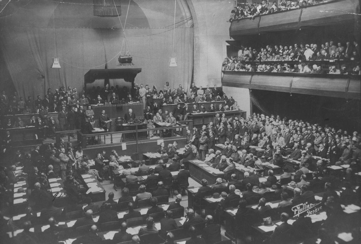 写真・図版 : ドイツ代表シュトレーゼマン外相の国際連盟加入演説=1926年9月8日、スイス・ジュネーブ