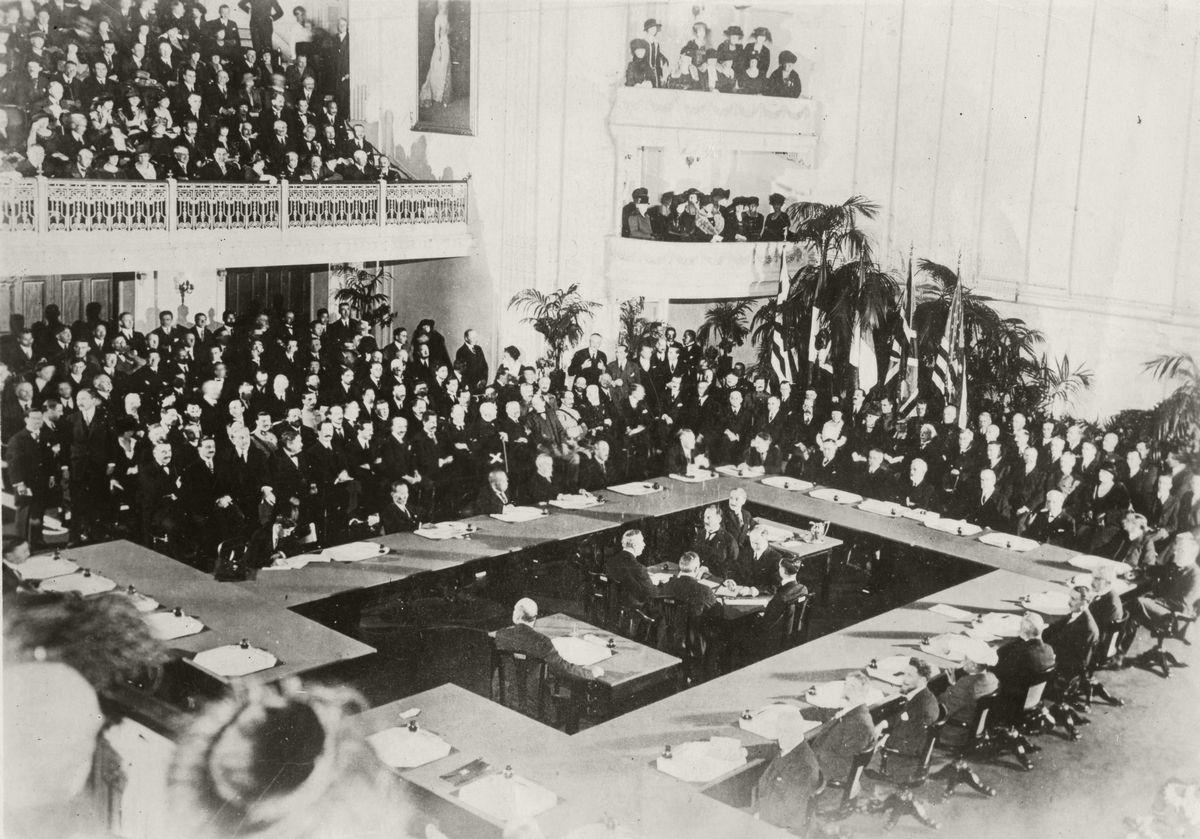 写真・図版 : ワシントン軍縮会議開会。1921年11月12日から翌年2月2日まで、海軍軍縮と極東・太平洋問題に関する国際会議で、アメリカの提唱によってワシントンで開催された=1921年11月12日、米国ワシントンの大陸記念会館 (新聞聨合社撮影)