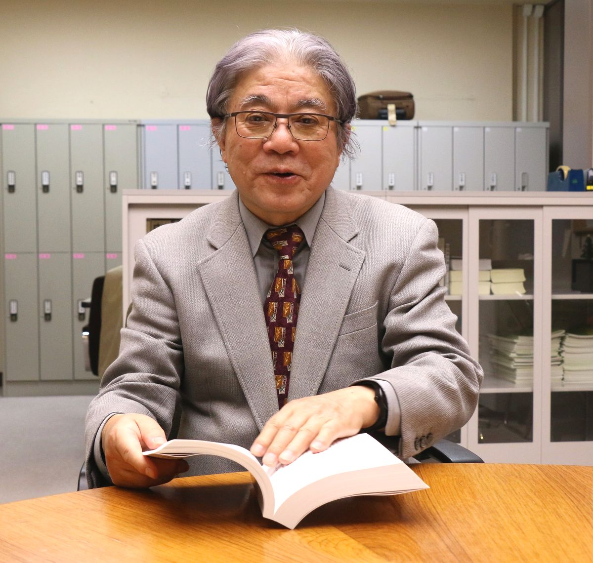 写真・図版 : 「教授に必要なことは研究、教育、学内行政、社会貢献、後進育成の5つだと恩師に教わりました。研究だけが不満足だったといえるでしょうか…」と語る小此木政夫さん=2019年12月、東京・三田の慶応大学、筆者撮影