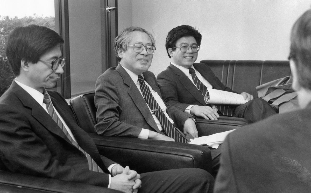 写真・図版 : 1980年代以降は識者座談会の常連になった小此木政夫さん(右奥)=東京・築地の朝日新聞東京本社