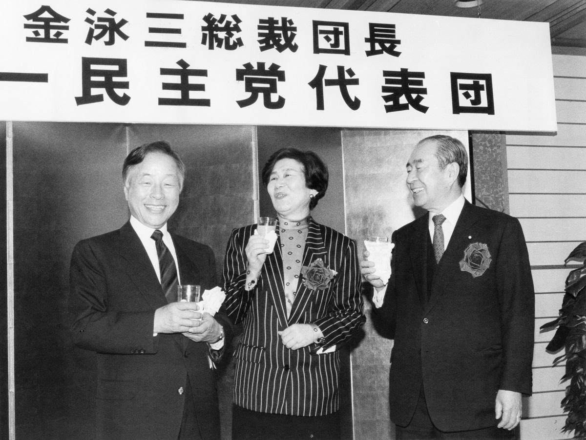 写真・図版 : 韓国の野党リーダー時代の金泳三氏(左)。1989年に来日して土井たか子・社会党委員長(中央)らと意見交換した=東京・紀尾井町