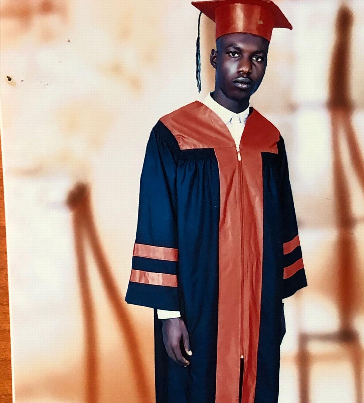 写真・図版 : 難民キャンプから這い上がり、ウガンダで高等教育を受けた後、名門ジュバ大学に合格。無事卒業した。卒業式で。