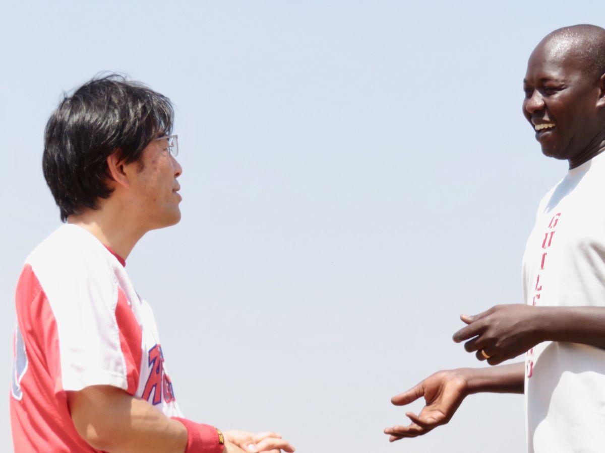 写真・図版 : ひょんなことから出会ったピーターが初めてグラウンドにやってきた。これまでの野球歴を語るピーター。