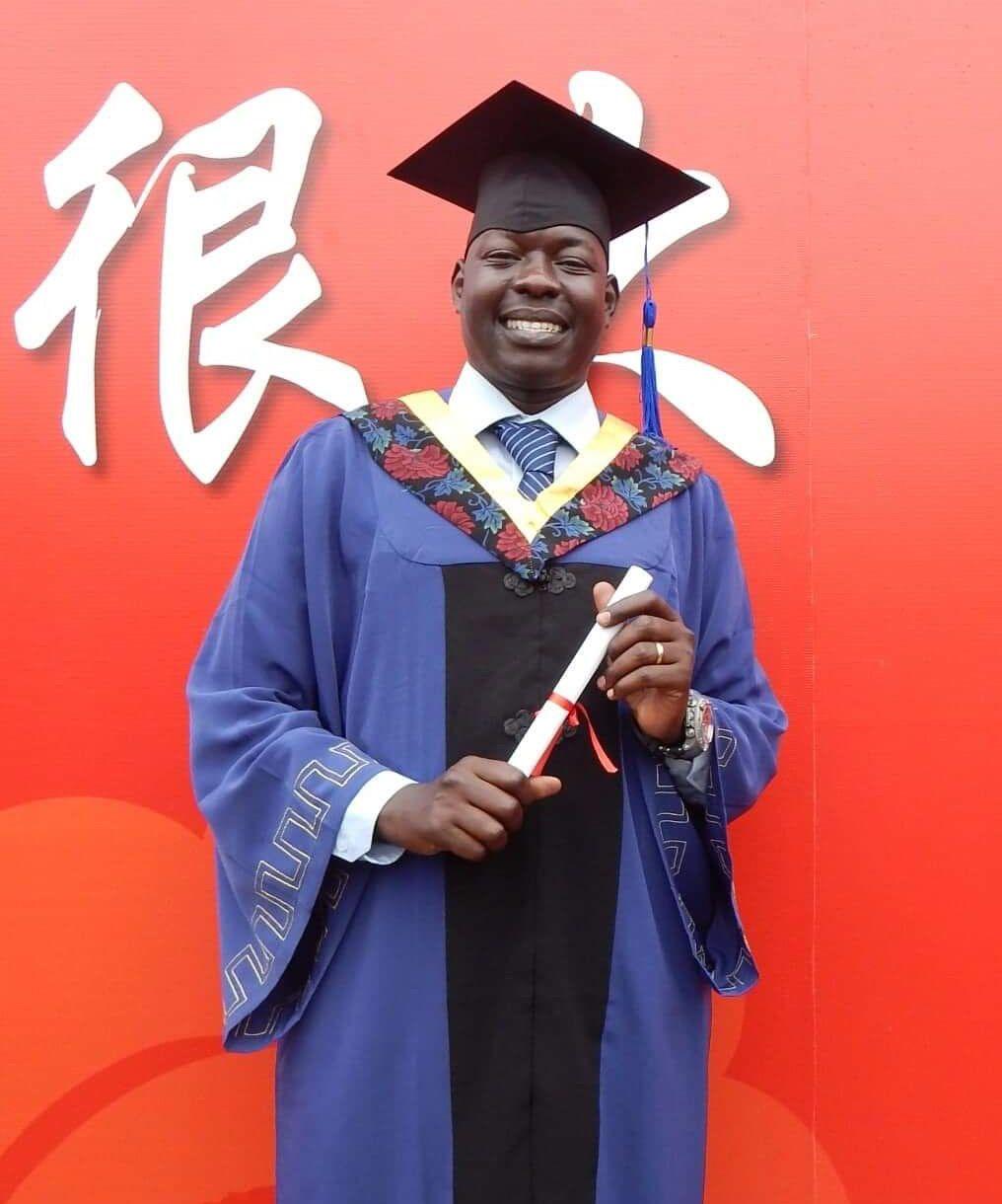 写真・図版 : アメリカの大学を出たあと、中国・北京の科学技術大学院でビジネスマネジメントを学んだピーター。大学院の修了式で。