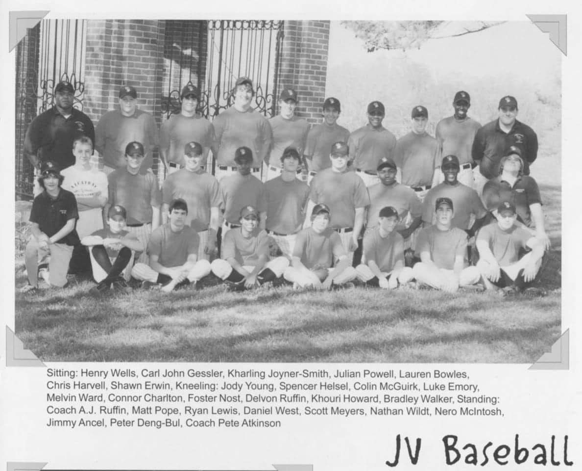 写真・図版 : ピーターの高校時代の野球チーム。集合写真の後列右から2人目が往年のピーター。右端は野球を教えてくれたコーチ。