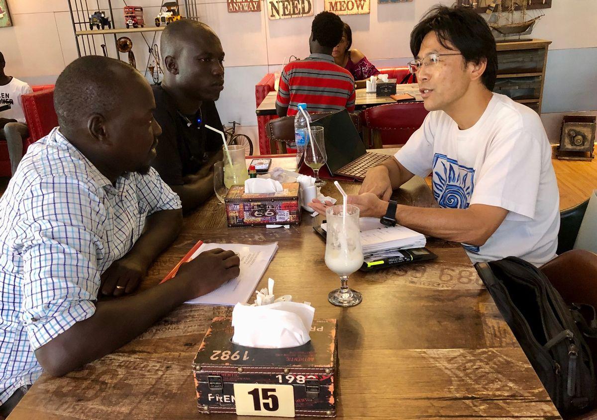 写真・図版 : ジュバ市内のカフェで南スーダン野球団の運営打ち合わせを行う。