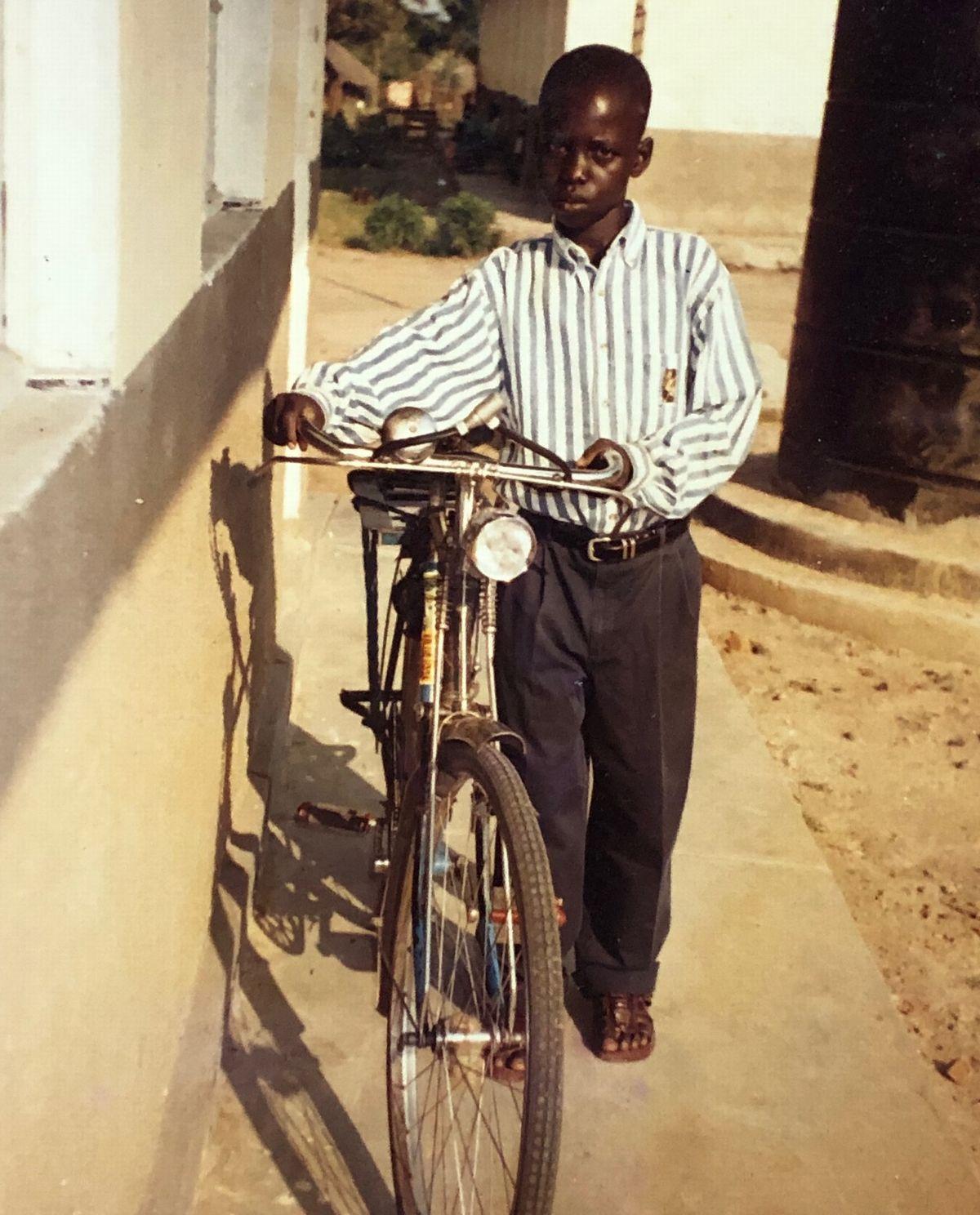 写真・図版 : ウガンダのアルア市にある難民キャンプに収容された11歳の頃のウィリアム。