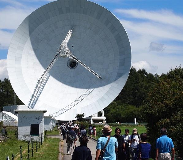 写真・図版 : 2019年の特別公開も大勢の人たちでにぎわった=2019年8月24日、国立天文台提供