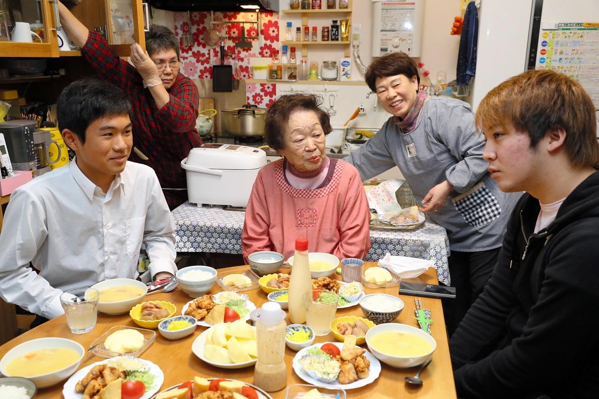 写真・図版 : 中本忠子さん(中央)のところには、成人した、かつての子どもたちも訪ねて来る=2018年、広島市中区