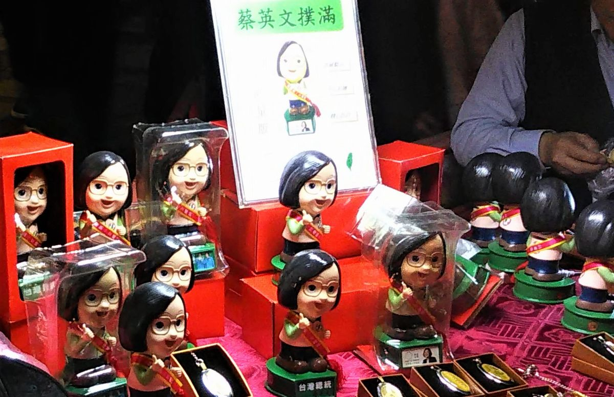 写真・図版 : 蔡英文総統の選挙グッズ。集会などで売られていた=2020年1月9日、台北市内で(藤原秀人撮影)