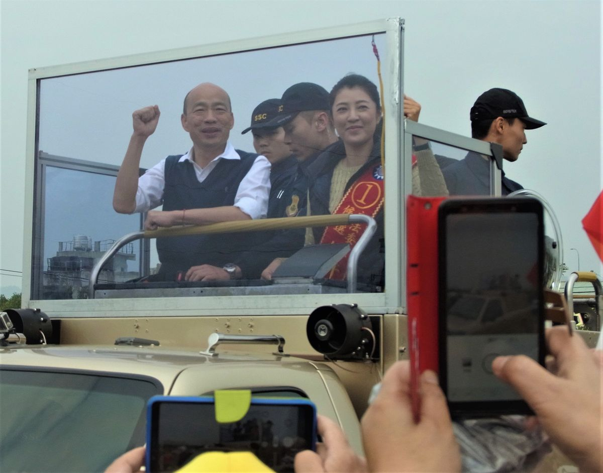 写真・図版 : 国民党候補の韓国瑜高雄市長の街宣活動。有権者との距離は近い=2020年1月10日、台湾中部の南投市で(藤原秀人撮影) 秀人 藤原
