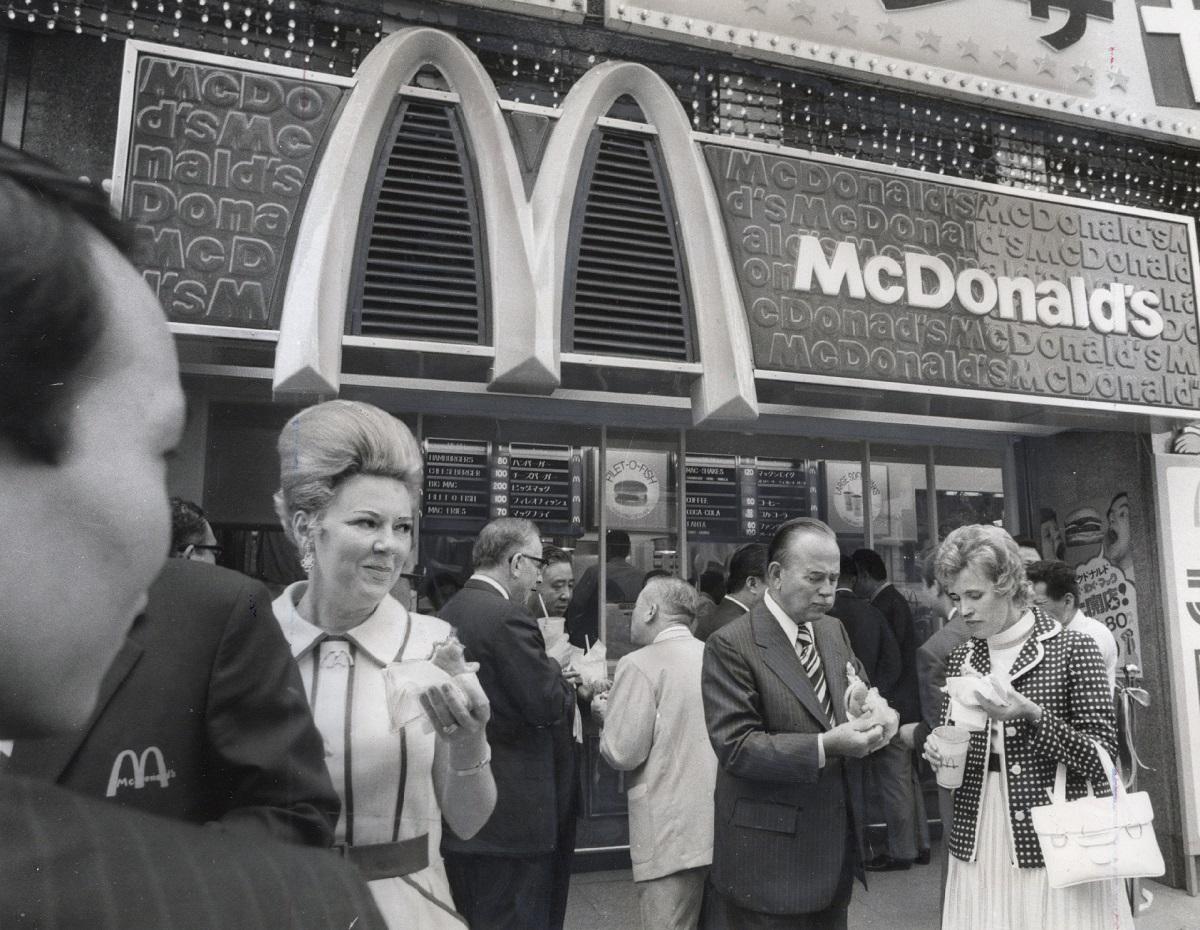 写真・図版 : 開店初日のマクドナルド日本1号店=1971年7月20日、東京都中央区