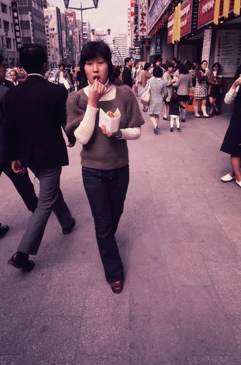 写真・図版 : 開店から約1年。アサヒグラフには「1972年 西洋ふう立ち食い屋大繁盛 天下太平! この食欲」という記事が掲載された=アサヒグラフ1972年5月5日号