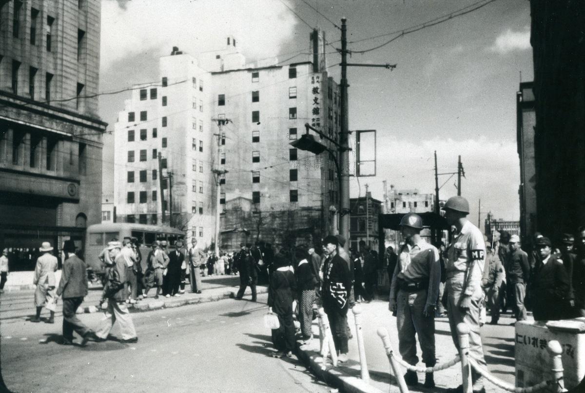 写真・図版 : 米軍MPが立つ占領下の銀座。左が和光ビルで正面が教文館ビル