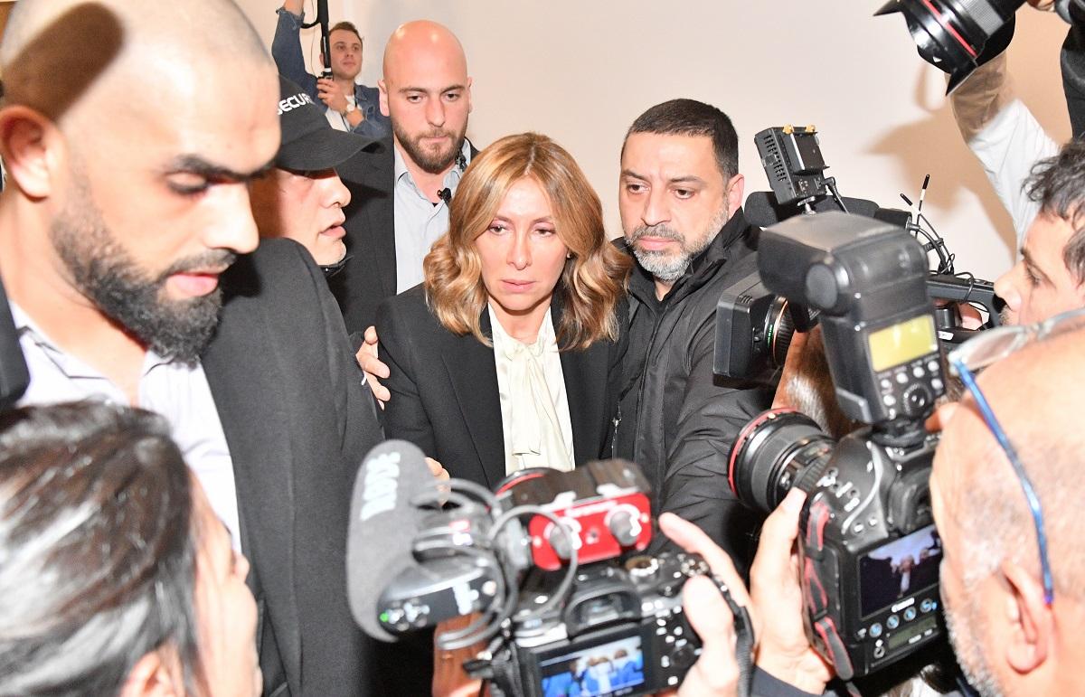 写真・図版 : ゴーン被告の会見会場を出る妻のキャロル容疑者=2020年1月8日、レバノン・ベイルート