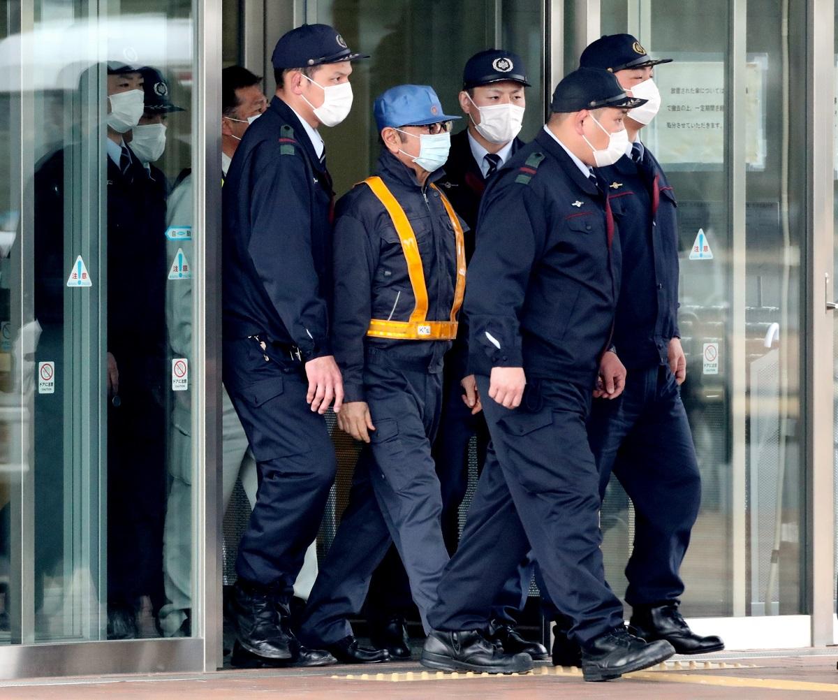 写真・図版 : 保釈され東京拘置所を出るゴーン被告=2019年3月6日、東京都葛飾区