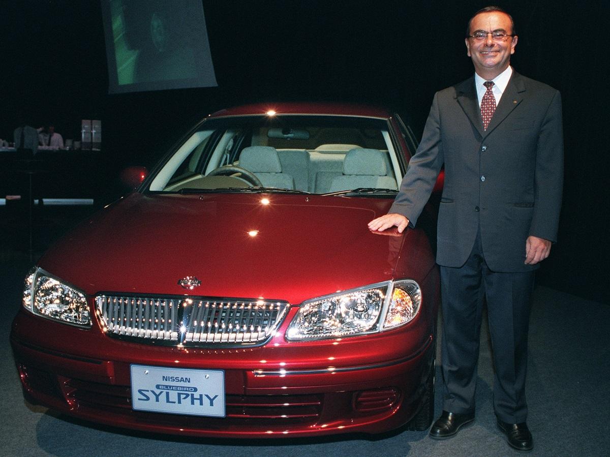 写真・図版 : 2000年、ゴーン社長の就任後初めて発表された日産の新車「ブルーバード シルフィ」と=2000年8月30日、東京都渋谷区