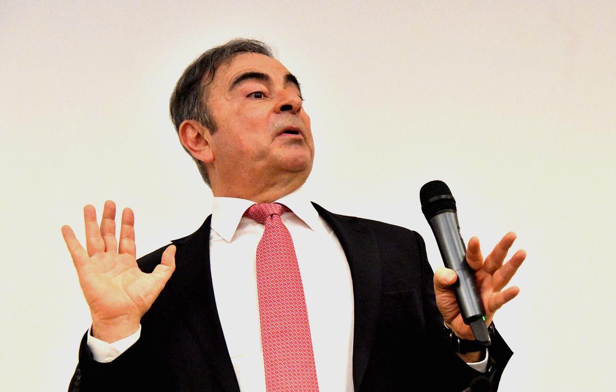 写真・図版 : 記者会見するカルロス・ゴーン被告=2020年1月8日午後、レバノン・ベイルート