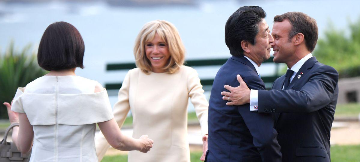 写真・図版 : 安倍首相を出迎えるマクロン仏大統領(右端)。右から3人目はブリジット夫人、4人目は昭恵夫人=2019年8月24日、フランス・ビアリッツ