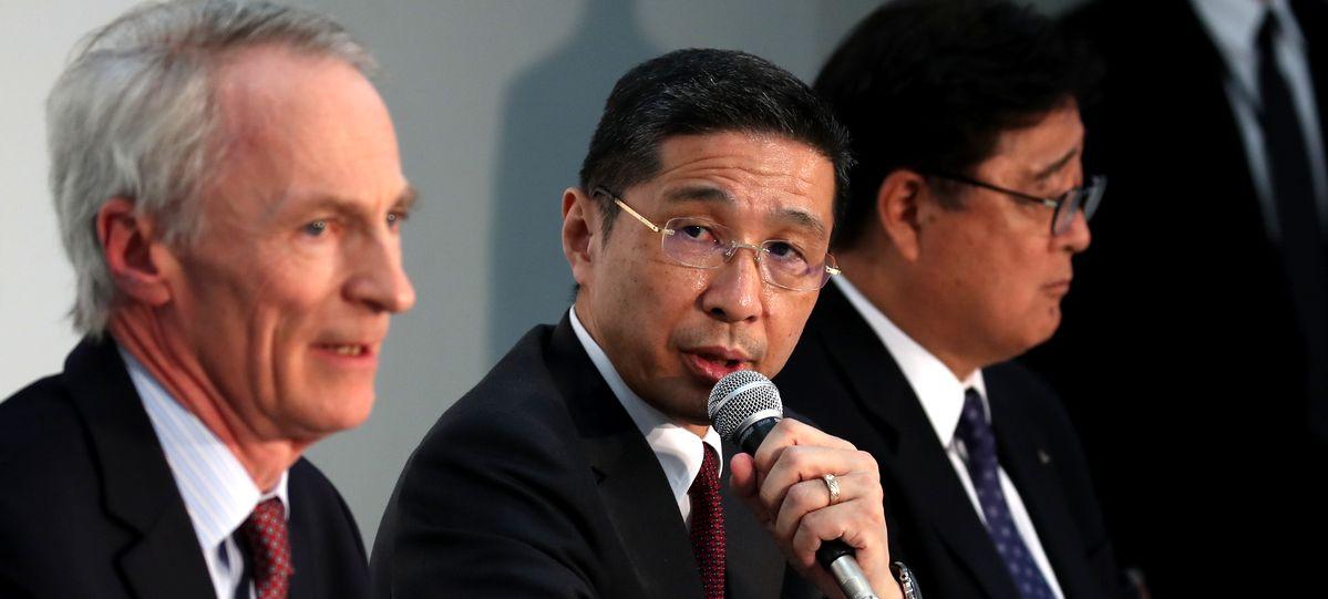 写真・図版 : 記者会見する日産自動車社長兼CEOの西川廣人氏(中央)。左は仏ルノー会長のジャンドミニク・スナール=2019年3月12日、横浜市