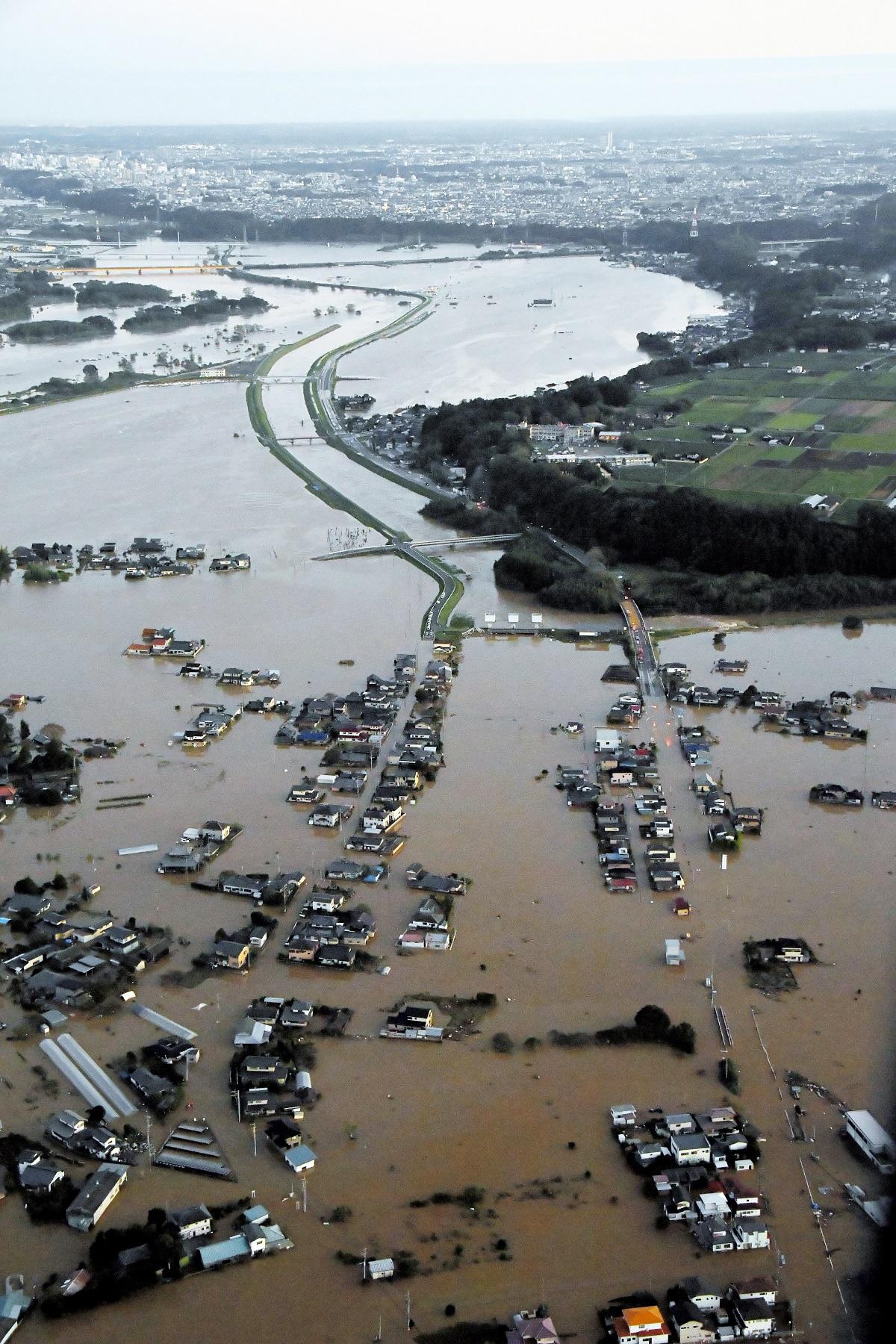 写真・図版 : 台風19号で決壊した那珂川=2019年10月13日、水戸市
