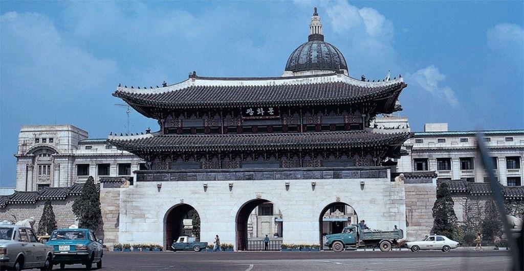 写真・図版 : 旧朝鮮総督府の建物が残っている1970年代のソウルの光化門風景=Designersparty Album,'Seoul Korea Image,1970-'中,筆者のFBより