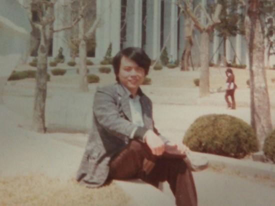 写真・図版 : 当時母校の延世大学の校庭での筆者、1978年春=筆者提供
